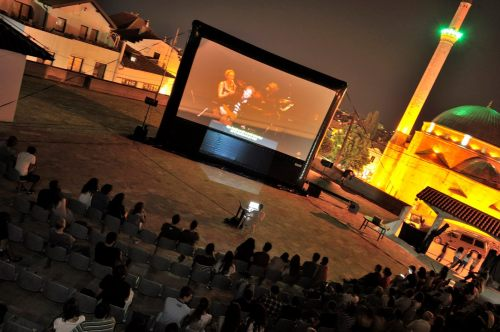 Outdoor movies with AIRSCREEN 24' x 13.5' (7,32m x 4,12m)